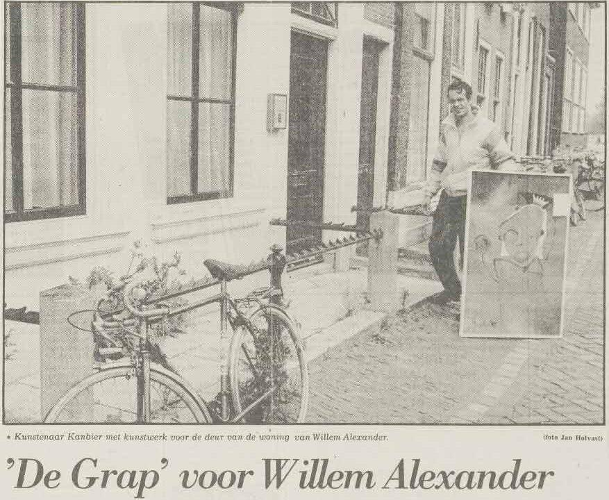 """Jacob Kanbier met zijn kunstwerk """"De Grap"""" voor Prins Willem Alexander in Leiden, Leidsch Dagblad 10-06-1988"""